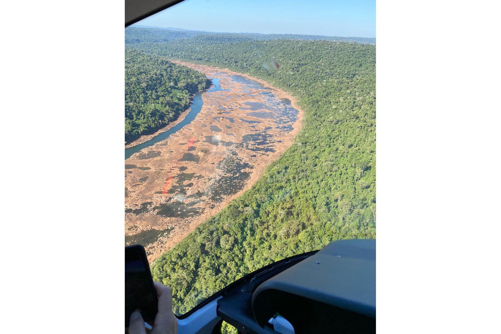 La Argentina (izq) y Brasil (der) divididos por el río Uruguay que se puede pasar casi caminando por la bajante. Foto tomada hacia fin de mayo