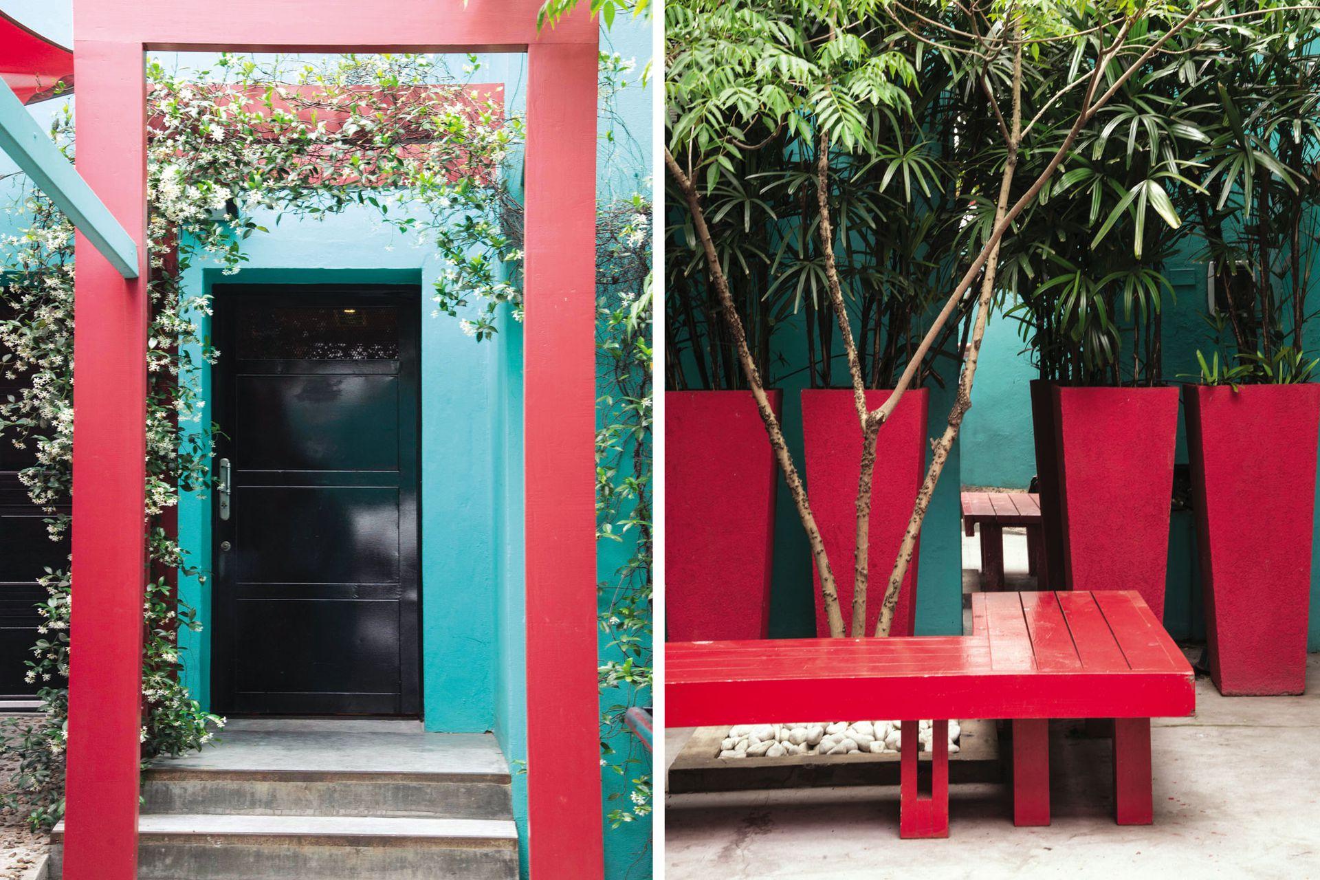 """Los arcos de madera pintados de rojo (que contrastan con el color de la casa) enfatizan la entrada principal y fueron """"alivianados"""" con el verde de los jazmines."""