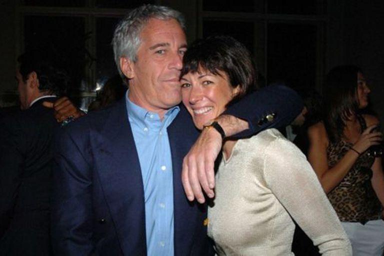 """Maxwell, amiga del príncipe Andrés y en esta imagen junto a Epstein, fue calificada por una de las presuntas víctimas como la """"madame"""" de la operación de tráfico sexual"""