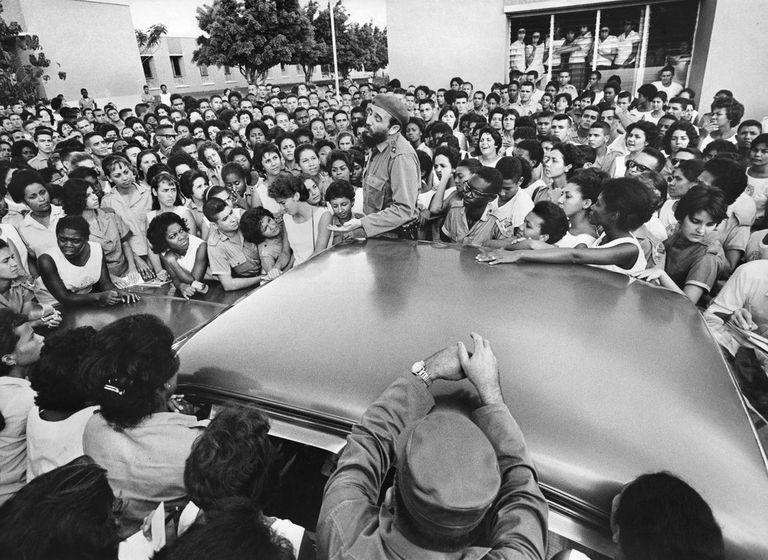 Fidel Castro hablando con los estudiantes en Ciudad Libertad, una antigua base militar, sobre las virtudes de la agricultura y los males de la burocracia, en 1964