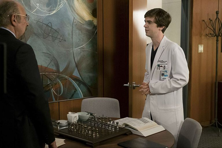Richard Schiff y Freddie Highmore, son el doctor Murphy y su padrino