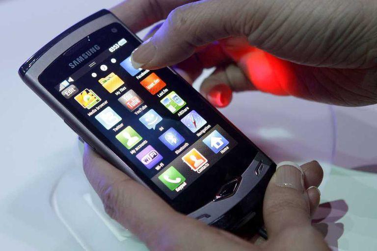 Samsung Wave, uno de los teléfonos de la compañía surcoreana con Bada, el sistema operativo que será reemplazado por Tizen, una plataforma derivada de MeeGo