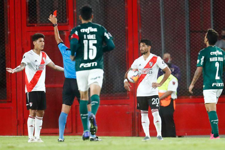 Jorge Carrascal recibe una tarjeta roja por el árbitro Luis González, en River-Palmeiras.