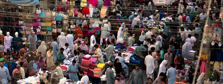 En fotos. En el final del Ramadán, Paquistán amanece con aglomeraciones