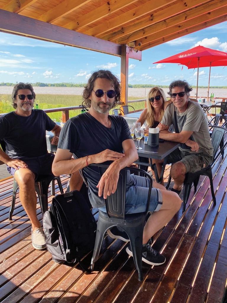Junto a los amigos de Ignacio, Hernán Román y Carlos Gianella, quien fue novio de Agustina Kämpfer.