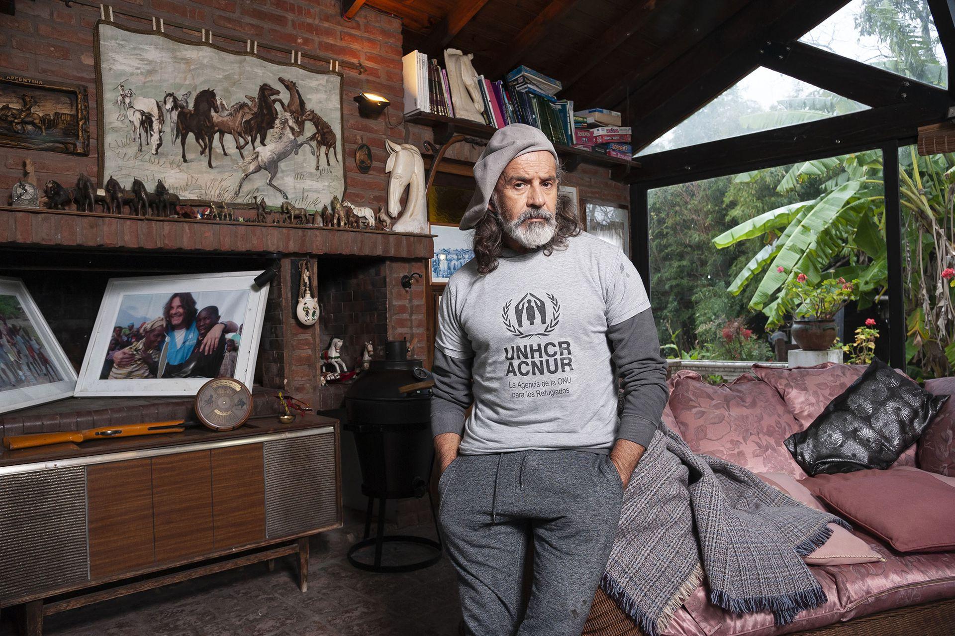 Osvaldo Laport, en un rincón de su amplio hogar familiar