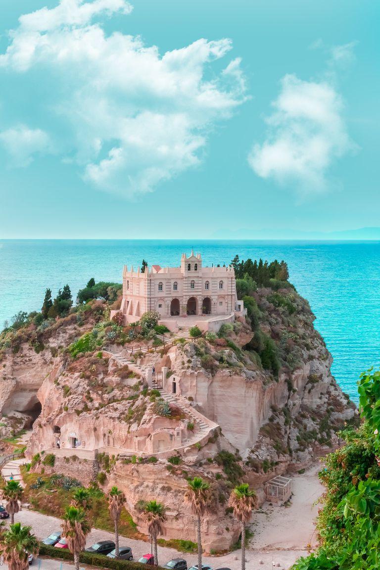 El santuario de Santa Maria del'Isola construido sobre una elevación de la roca