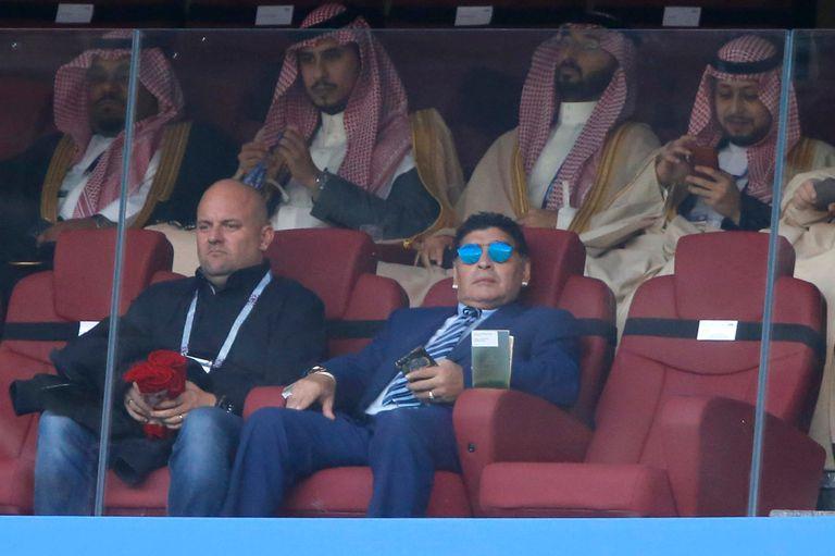Diego Maradona esperando por el partido entre Rusia y Arabia Saudita Estadio Olímpico Luzhnikí