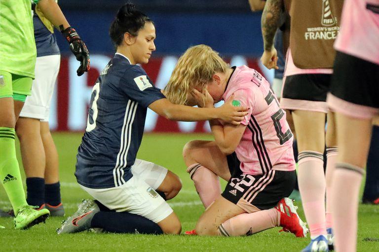 Dalila Stábile consuela a una de las jugadoras escocesas, que quedaron eliminadas