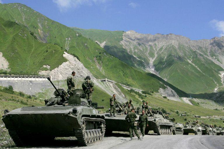 Un convoy de tropas rusas se abre paso a través de las montañas del Cáucaso hacia el conflicto armado entre las tropas georgianas y las tropas separatistas de Osetia del Sur, en la aldea de Dzhaba, en Osetia del Sur, en 2008.