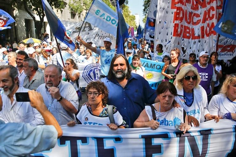 El bonaerense Roberto Baradel encabezó la marcha en la ciudad