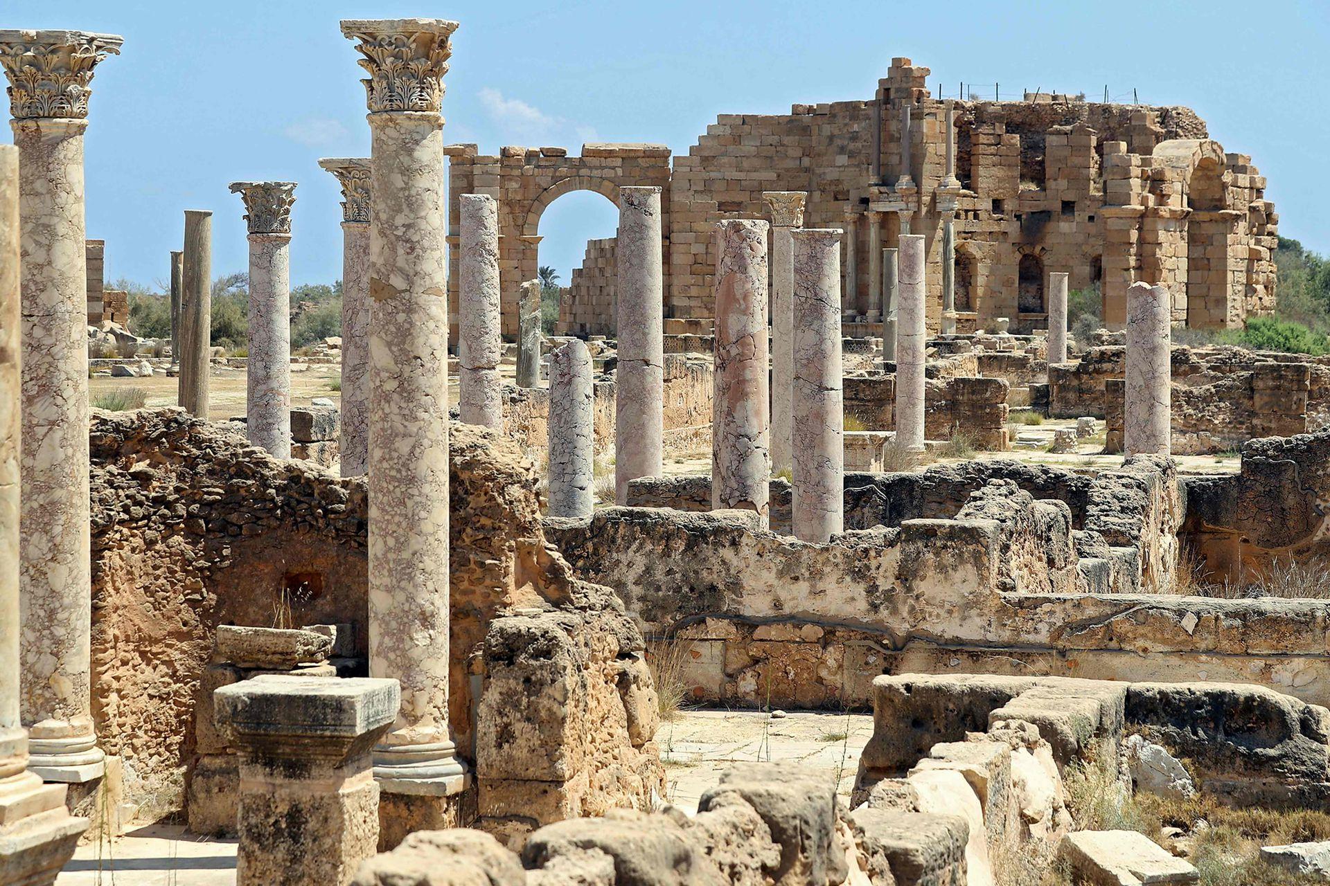 Una imagen muestra una vista general de columnas de mármol mirando hacia el Ninfeo al fondo