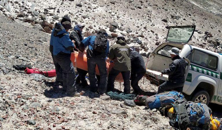 Catamarca: trasladan el cuerpo del andinista que murió en el volcán Ojos del Salado