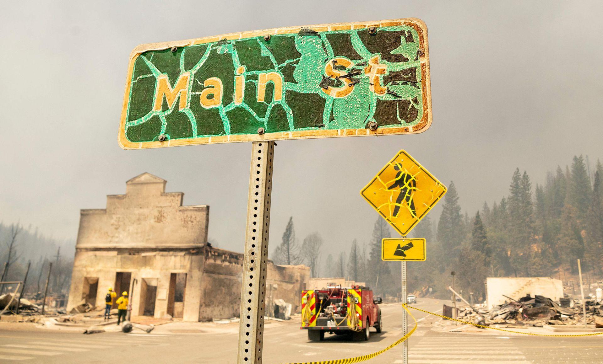 El incendio forestal más grande en California arrasó una pequeña ciudad, deformando los postes de las calles y destruyendo edificios históricos horas después de que se ordenó a los residentes huir