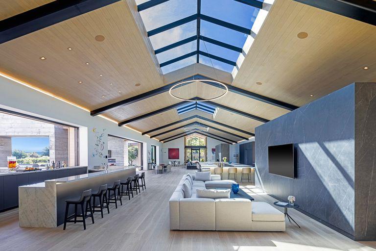 El living, imponente y espacioso, con una barra inmensa