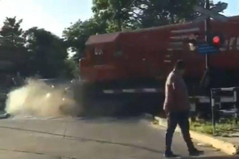 Se le quedó el auto en las vías y bajó segundos antes de que el tren lo chocara