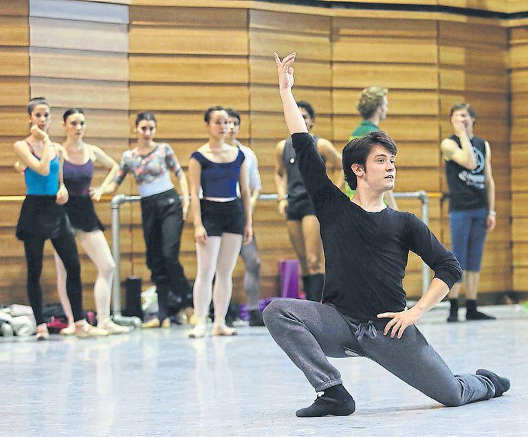 Uno de los tantos bailarines argentinos que forman parta de la compañía