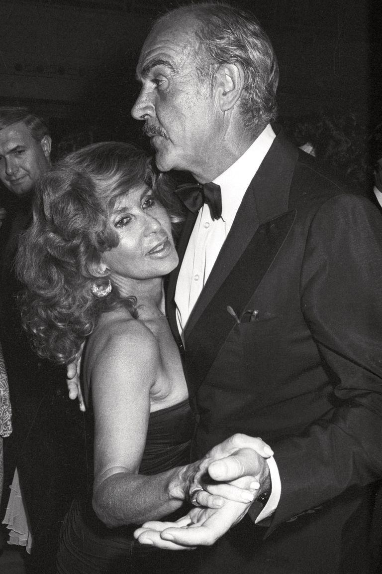 En el año 1987, durante una gala celebrada en un club de golf, rememoran viejos tiempos en la pista de baile