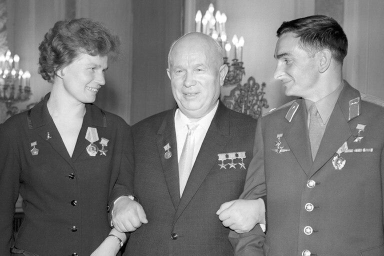 Valentina junto al líder soviético Nikita Khrushchev en una recepción en el Kremlin en 1963. Los acompaña Valery Bykovsky (der), el cosmonauta que estableció el récord de duración de permanencia en el espacio.