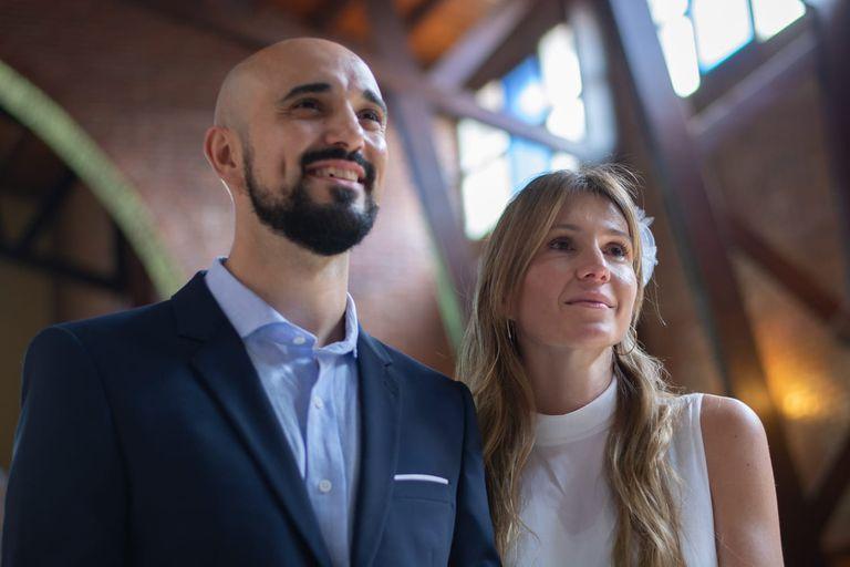 Abel Pintos y Mora Calabrese se casaron en una iglesia de Cañuelas