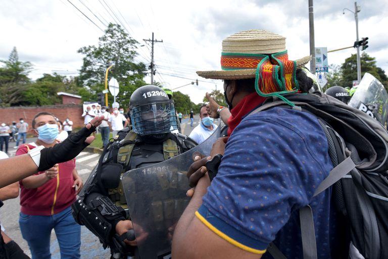 Uniformados colombianos en uno de los bloqueos de rutas en Colombia