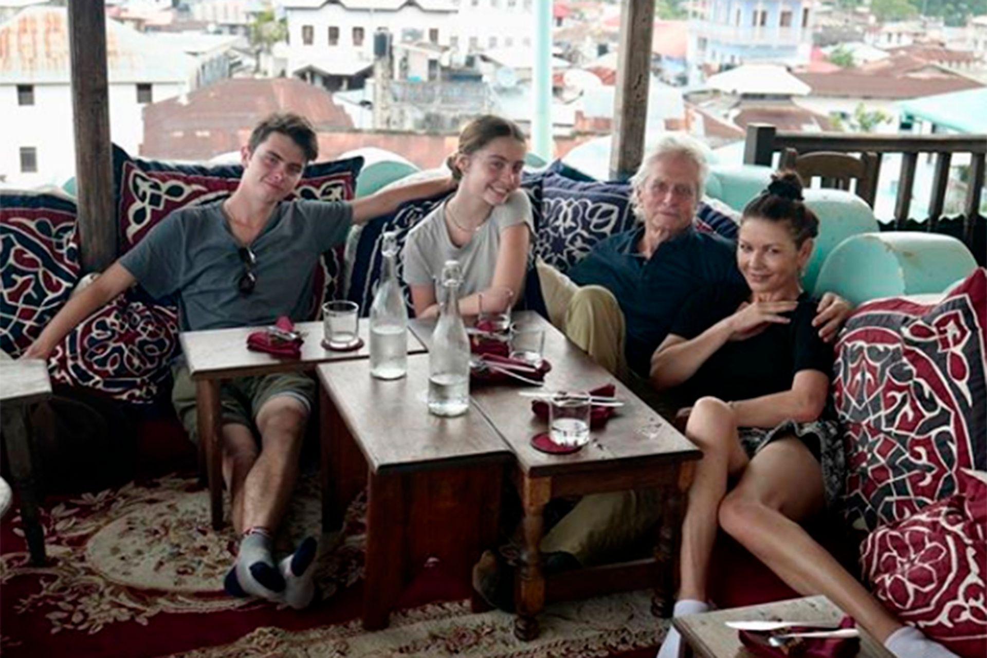 Catherine Zeta Jones, Michael Douglas y sus dos hijos, Dylan y Carys disfrutan de unas vacaciones en Zanzíbar, el lugar en el este de la costa africana que eligieron para recibir el 2020