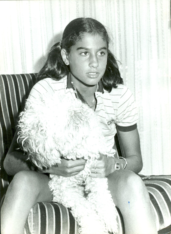 4) En febrero de 1980, en su casa de Villa Devoto, con su querido perrito York.