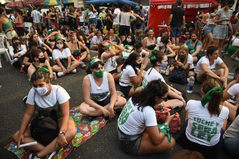 En la Avenida Callao y sobre Avenida de Mayo se formaron ferias donde conviven tiendas de partidos políticos y sindicales, de agrupaciones feministas, de centros culturales, de venta de comida y de artesanías