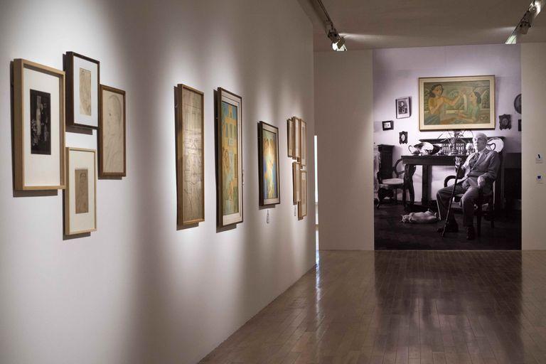Vista de la sala. En el montaje que inaugura el MNBA, se ven la obra Anunciación y, también, una fotografía de Jorge Luis Borges en su departamento de la calle Maipú, donde tenía colgado el cuadro de su hermana