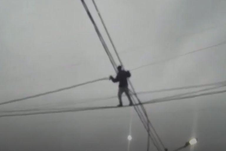 """Video: un """"ladrón equilibrista"""" se trepó 10 metros para robar cables"""