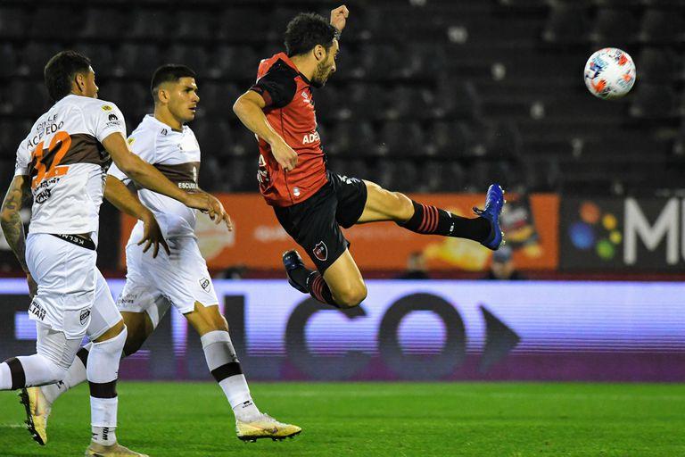 Un toque de Scocco, el gol clave para la victoria sobre el final de Newell's ante Plantense