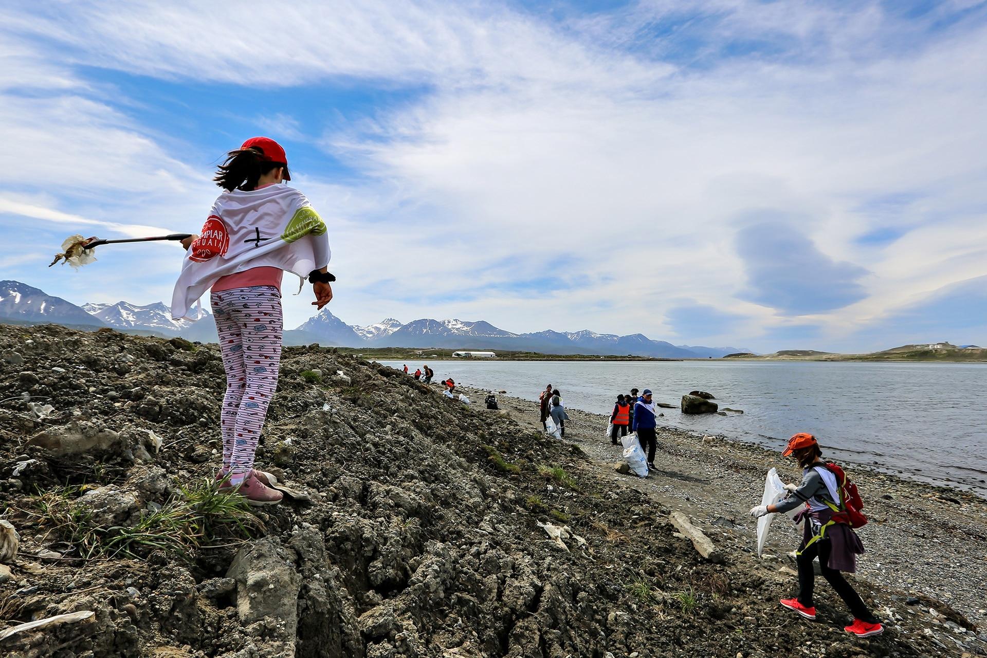 Voluntarias recolectan plásticos y otros residuos en una playa de Tierra del Fuego