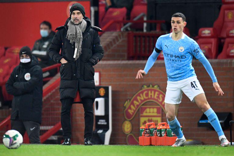 Manchester United v Manchester City, en Old Trafford. El DT Pep Guardiola observa el partido