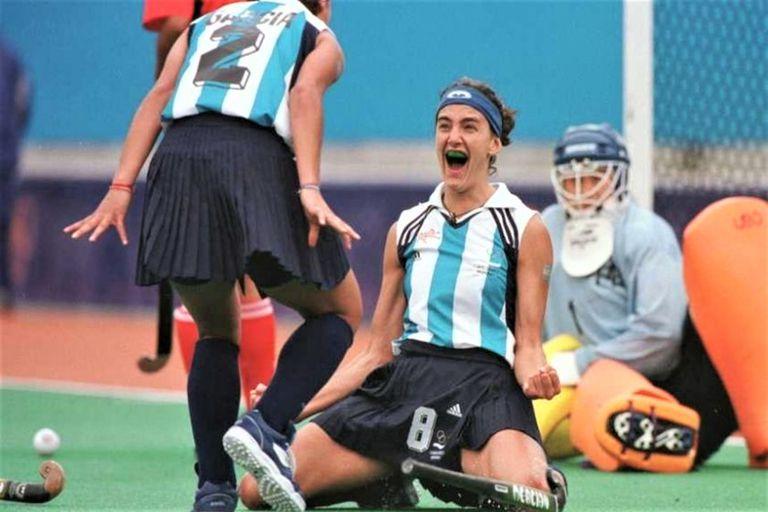 Lucha Aymar festeja un gol en sus primeros Juegos Olímpicos, junto con Sole García