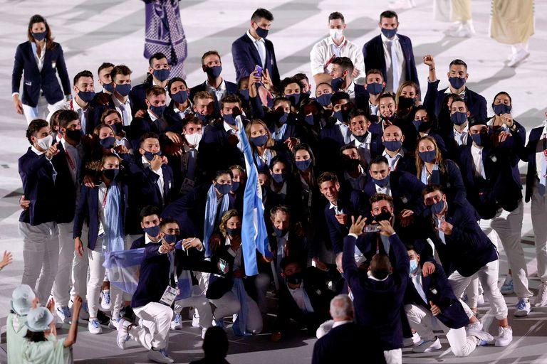 El equipo de Argentina posa para una foto durante la ceremonia de apertura de los Juegos Olímpicos de Tokio 2020 en el Estadio Olímpico el 23 de julio de 2021 en Tokio, Japón.