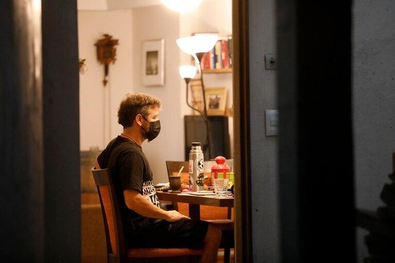 Un hombre llegado de Roma cumple la cuarentena obligatoria aislado en su casa, a mediados del mes pasado.