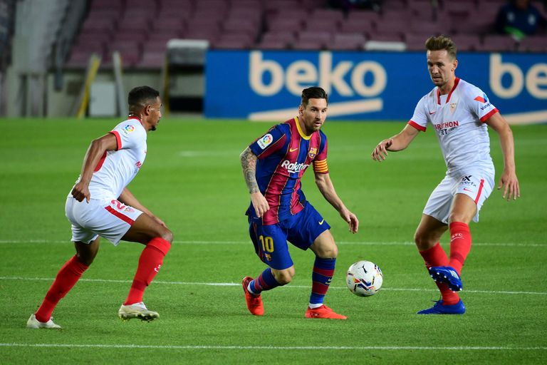 Lionel Messi traslada la pelota en el enfrentamiento de Barcelona frente a Sevilla por la Liga de España