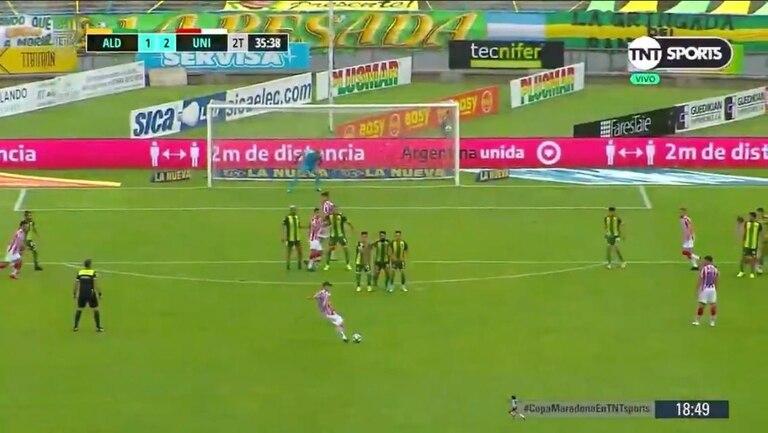 Cañete está a punto de impactar la pelota y marcará un golazo de tiro libre (el 2-1 para Unión) que se meterá en el ángulo superior izquierdo de Assmann; el arquero de Aldosivi luego del partido lo felicitó