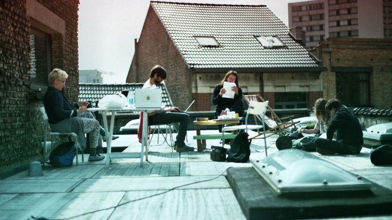 Desde la terraza, un grupo de amigos trabaja de forma independiente