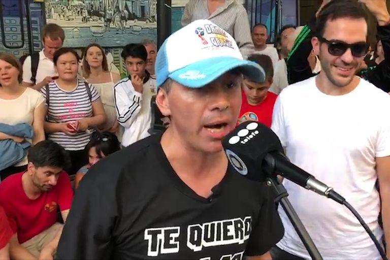 El cantante de Damas Gratis hizo bailar a argentinos y rusos en una peatonal moscovita al ritmo de su cumbia