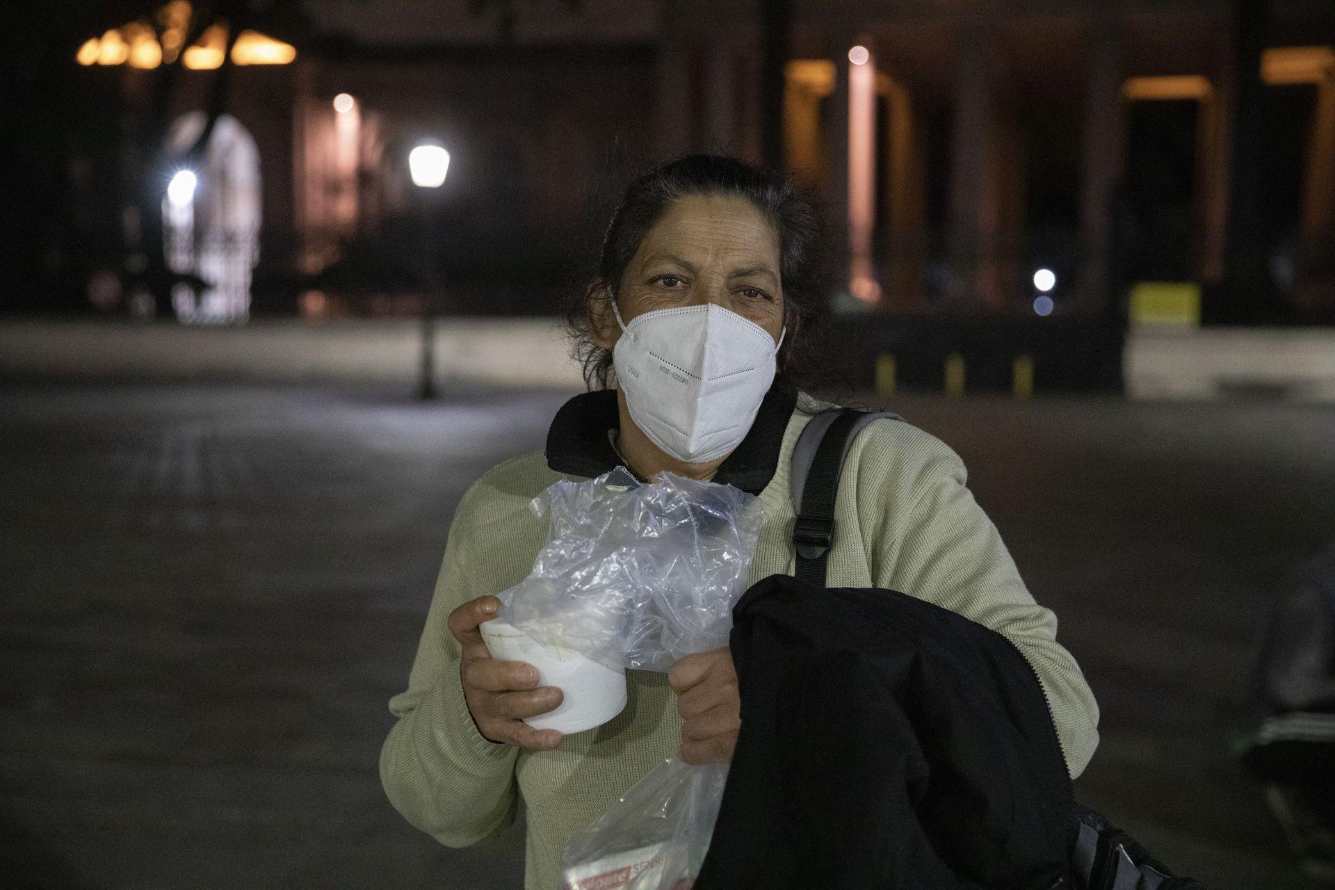 """María tiene 54 años y diabetes, vive en situación de calle y come """"lo que puede""""; es una de las personas que asiste y acompaña Caminos Solidarios"""
