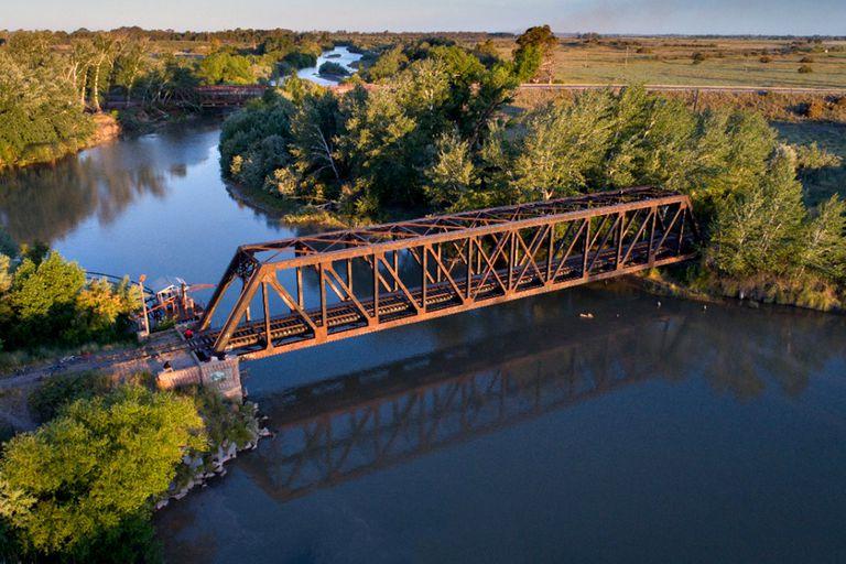 Un viejo puente del ferrocarril sobre el Río Colorado