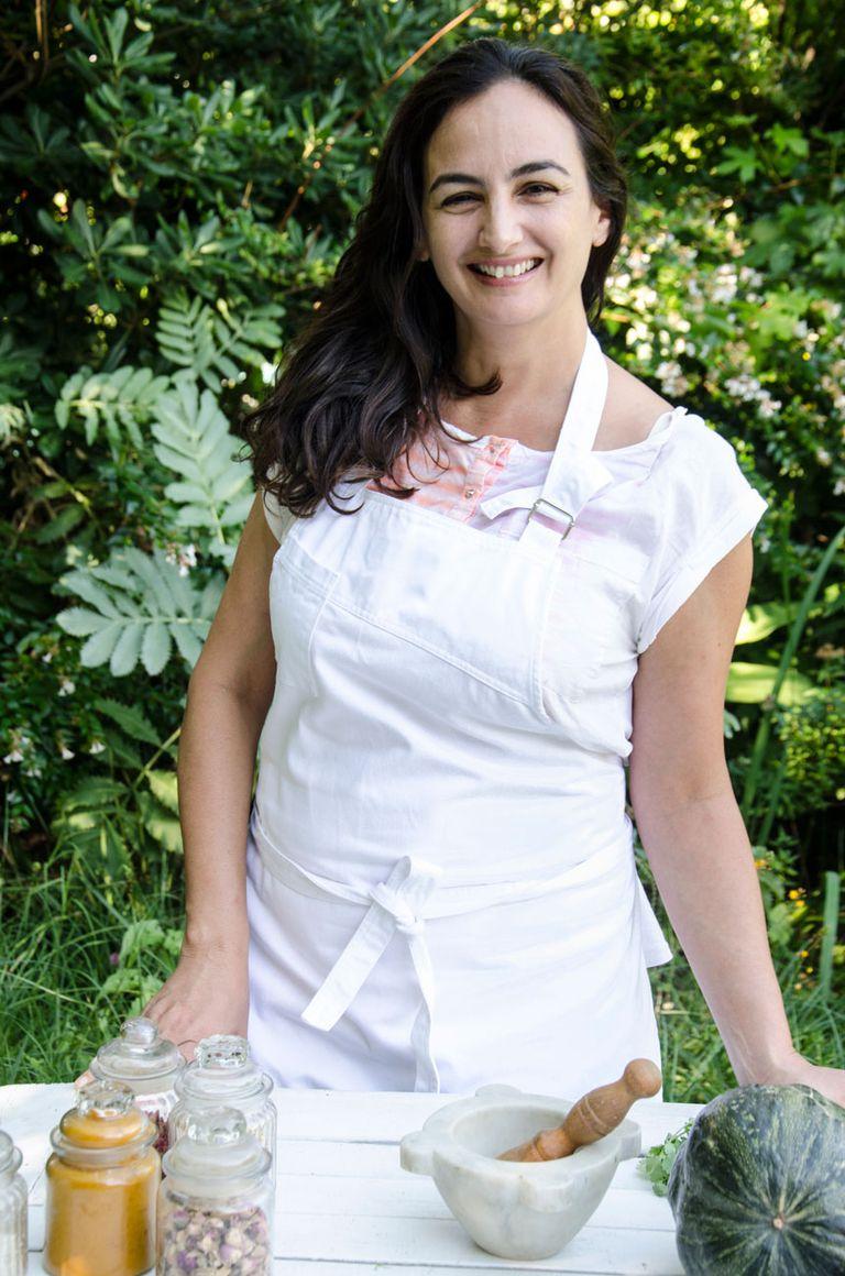 Paula Mendez Carreras Da clases de cocina en diferentes instituciones. Vive en San Antonio de Areco donde tiene su espacio de cocina.