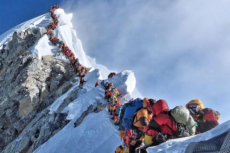 Cientos de personas tratan de subir a la cima del Everest cada año -la foto es de una congestión de montañistas que hubo en el monte en 2019- y algunos de ellos dejan la vida en el intento