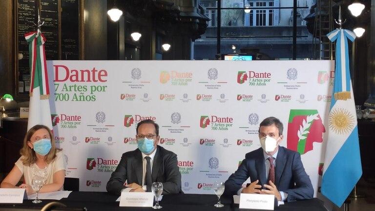 El embajador de Italia en Argentina, Giuseppe Manzo, junto con la directora del Instituto Italiano de Cultura de Buenos Aires, Donatella Cannova, y el primer secretario de la embajada, Pierpaolo Proto, presentaron vía Zoom desde el Palacio Barolo las actividades claves del programa para celebrar a Dante