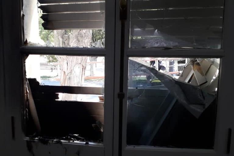 Un grupo de manifestantes provocaron destrozos en el edificio de Casa de Gobierno, en Rawson, en el marco de una marcha contra la minería en Chubut