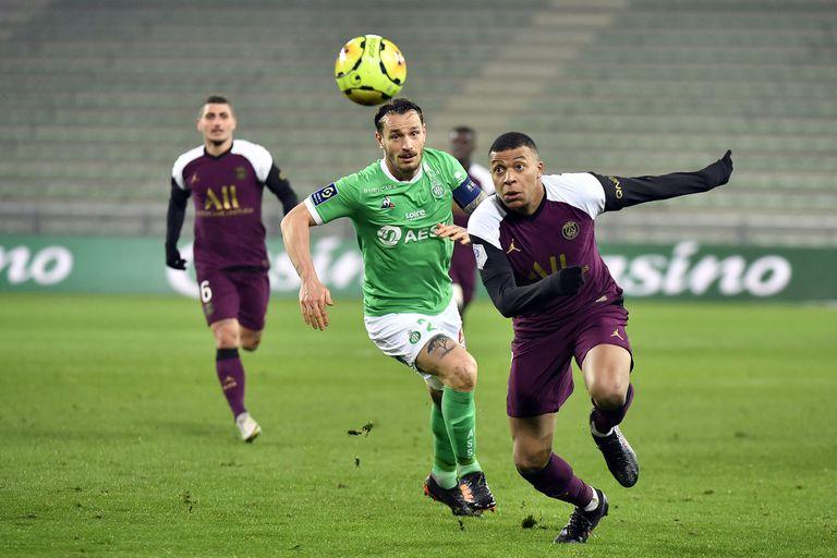 Kylian Mbappe, del PSG, supera la marca del defensor del Saint-Etienne Mathieu Debuchy durante el partido entre ambos por la Liga de Francia.