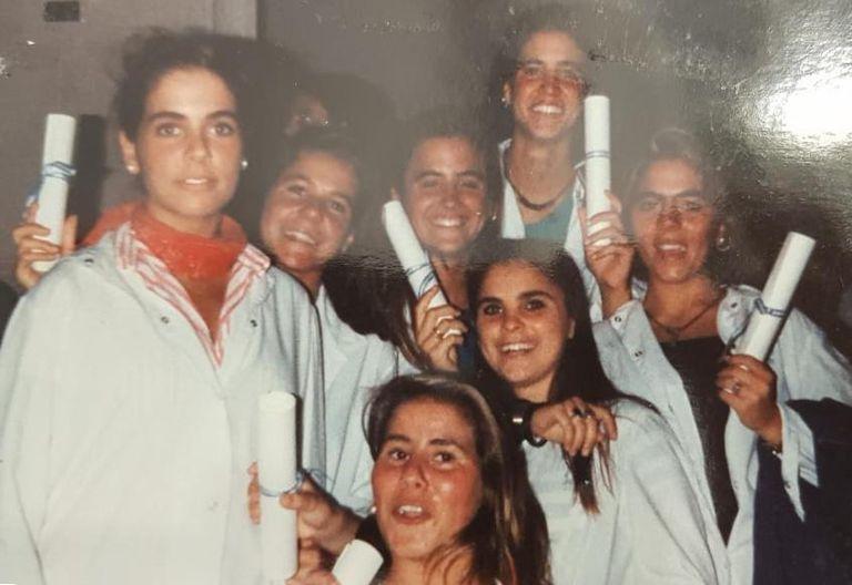 Victoria Tolosa Paz, en el centro de la imagen, tras finalizar el quinto año de la secundaria, con su diploma de bachiller.