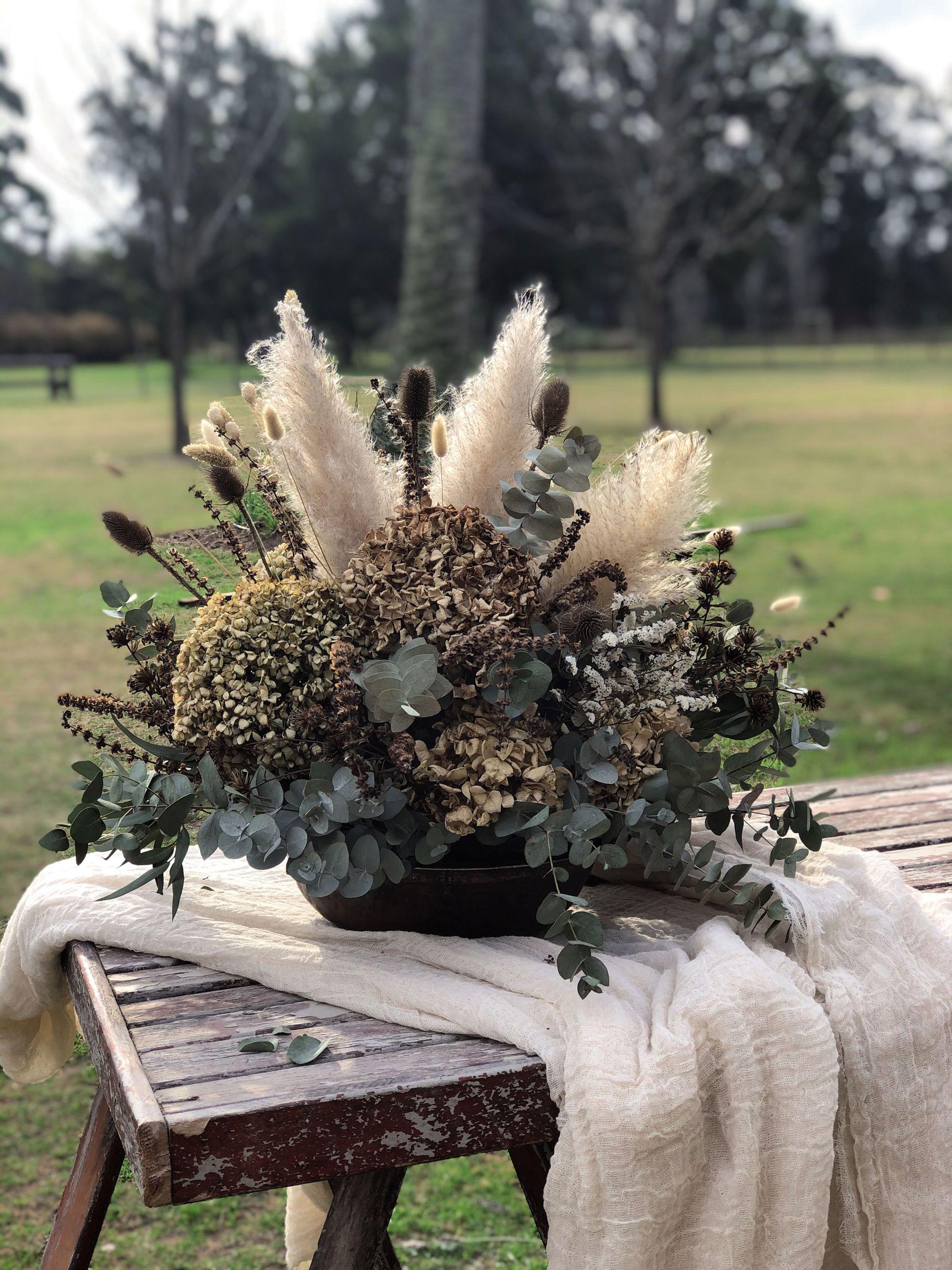 Este arreglo seco se creó como una forma de preservar lo efímero de las flores. Se pensó en los colores del invierno, los colores de la tierra y los ocres.