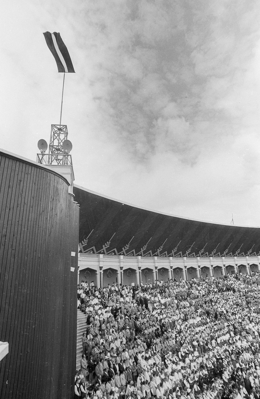 El Festival de la Canción 1990 en Riga, con la bandera letona -por entonces prohibida- izada al tope del estadio
